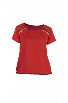 Pretty embroidered blouse, light and casual, for modal shoulders and small pompoms at the base