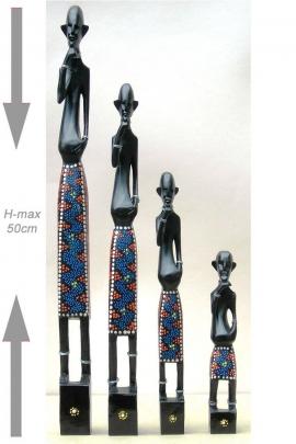 Conjunto de cuatro estatuas primitivas en taparrabos telones pintados para decoración del hogar
