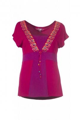 Joli tee-shirt branché et coloré, ethnique, encolure plongeante doublée