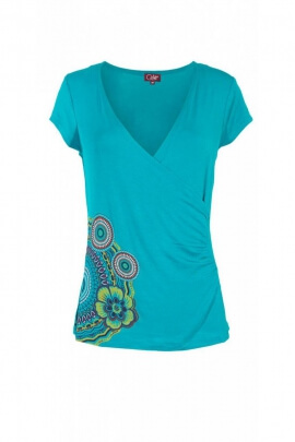 T-shirt original and casual, with short sleeves and V-neck collar, hip draped