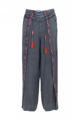 Pantalon indien stone wash, liserés aztèques et lacets, chic et décontracté