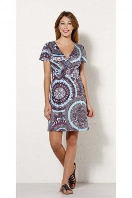 Robe d'été courte et hippie chic, poitrine cache-cœur, motifs colorés