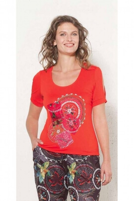 Camiseta de manga corta, composición muy colorida
